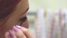 Het meisje is geschilderd voor de spiegel stock video