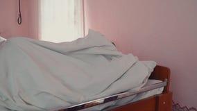 Het meisje ging naar bed stock footage