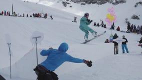 Het meisje in GLB dat van folie wordt gemaakt ligt met luchtballon Tiener snowboarder rit stock video