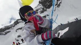 Het meisje in GLB van folie wordt gemaakt heft gele luchtballon en kartonraket die op stock video