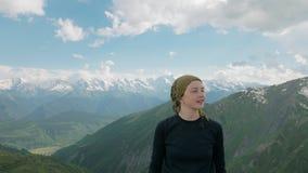Het meisje glimlacht in de bergen - Koruldi-merengebied, Mestia, Georgië stock videobeelden