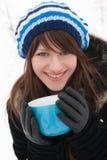 Het meisje glimlacht en holding een kop Royalty-vrije Stock Foto