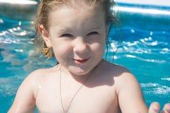 Het meisje glimlacht, onderzoekt het kader, loenst van de zon royalty-vrije stock afbeelding