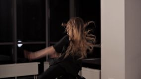 Het meisje is in goede fysieke vorm doet sprongen in dans Zij leidt voor het dansen prestaties, de begaafde jeugd op stock video