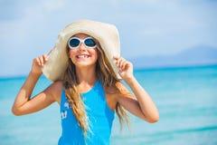 Het meisje in grote hoed ontspant oceaanachtergrond Stock Afbeelding