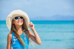 Het meisje in grote hoed ontspant oceaanachtergrond Stock Foto's
