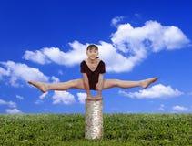Het meisje in gymnastiek stelt royalty-vrije stock afbeeldingen