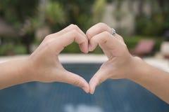 Het meisje is hand-vormig hart royalty-vrije stock foto