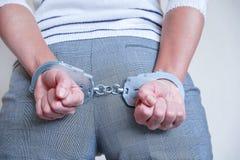 Het meisje in handcuffs bij het politiebureau Gearresteerd voor misdemeanors stock afbeelding