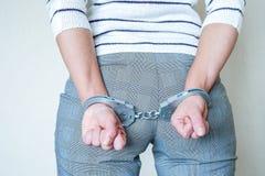 Het meisje in handcuffs bij het politiebureau Gearresteerd voor misdemeanors stock foto's