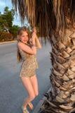 Het meisje hangt op een palmtak Stock Foto's