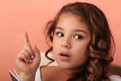 Het meisje haz een idee Zij veronderstelde Zij weet het de meisjeswijze een besluit royalty-vrije stock foto