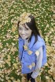 Het meisje heeft bladeren op haar hoofd. royalty-vrije stock fotografie