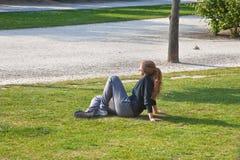 Het meisje heeft een rust Stock Foto's