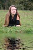 Het meisje heeft een rust op een aard Royalty-vrije Stock Foto