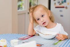 Het meisje heeft ontbijt in de ochtend Royalty-vrije Stock Afbeelding
