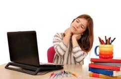 Het meisje heeft pijn in haar hals terwijl het gebruiken van laptop stock foto's