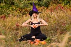 Het meisje in heksenkostuum opleidingslotusbloem stelt Royalty-vrije Stock Fotografie