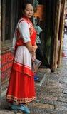 Het meisje in helder kleurrijk kostuum bevindt zich op Stock Fotografie