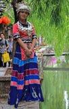 Het meisje in helder kleurrijk kostuum bevindt zich op Royalty-vrije Stock Foto