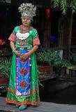Het meisje in helder kleurrijk kostuum bevindt zich op Royalty-vrije Stock Fotografie