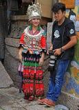 Het meisje in helder kleurrijk kostuum en phographer is Royalty-vrije Stock Foto's