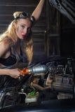 Het meisje herstelt auto Royalty-vrije Stock Fotografie