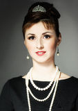 Het meisje in het beeld van Audrey Hepburn royalty-vrije stock afbeelding