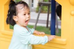 Het meisje is het blije spelen bij speelplaats Royalty-vrije Stock Afbeeldingen
