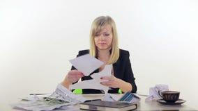 Het meisje in het bureau herstelt documenten stock video