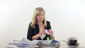 Het meisje in het bureau herstelt documenten stock footage