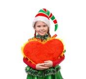 Het meisje in het elf van de kostuumkerstman houdt hart op wit Stock Afbeeldingen