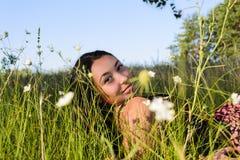 Het meisje in het gras Royalty-vrije Stock Afbeelding