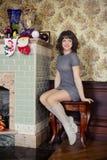 Het meisje in het open haard nieuwe jaar Stock Afbeelding