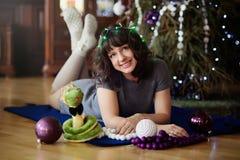 Het meisje in het open haard nieuwe jaar Stock Foto's