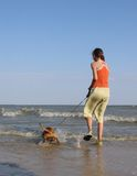 Het meisje, het overzees van het hondeind Stock Fotografie