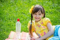 Het meisje in het Park op het gras Stock Afbeelding