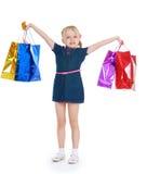 Het meisje hief haar handen op houdend hen in het winkelen Stock Afbeeldingen