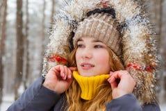 Het meisje hief haar sweaterkraag in ijzig weer op royalty-vrije stock fotografie
