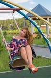 Het meisje high-heeled in een kleur sundress Royalty-vrije Stock Afbeeldingen