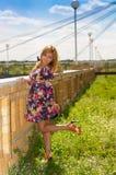 Het meisje high-heeled in een kleur sundress Stock Afbeelding
