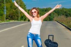 Het meisje houdt de auto tegen om de reis voort te zetten Stock Foto