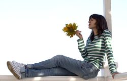 Het meisje houdt de herfst doorbladert Stock Foto's