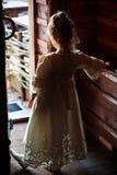 Het meisje houdt deur open Royalty-vrije Stock Afbeeldingen