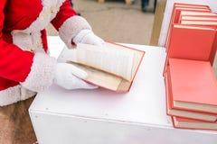 Het meisje houdt een boek in haar handen Geopend boek in kanker van de vrouw Boek met pagina's wordt uitgespreid die Een student  royalty-vrije stock foto's