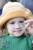 Het meisje houdt een hagedis Stock Foto's