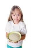 Het meisje houdt een plaat met rijst Royalty-vrije Stock Foto