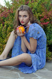 Het meisje houdt een sinaasappel in haar handen royalty-vrije stock fotografie