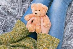 Het meisje houdt een teddybeer royalty-vrije stock afbeelding