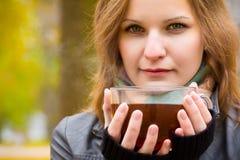 Het meisje houdt grote kop met hete thee Royalty-vrije Stock Foto